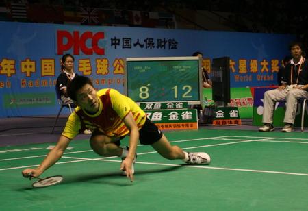 图文:中国羽毛球公开赛 陈金到底救球