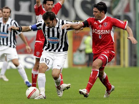 图文:尤文图斯1-0特列斯蒂那 皮耶罗突破