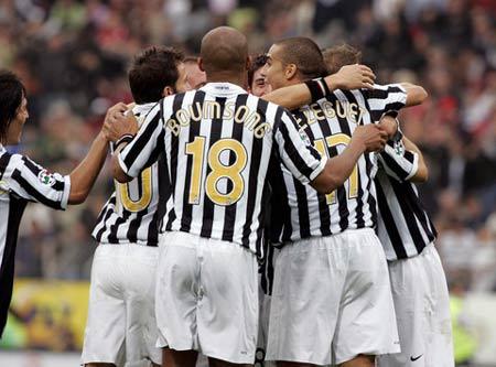 图文:尤文图斯1-0特列斯蒂那 尤文球员庆祝胜利