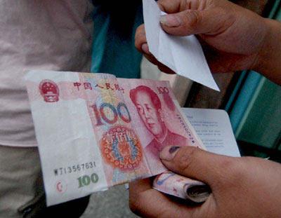 男子从银行取到罕见百元伪钞一半真一半假(图)