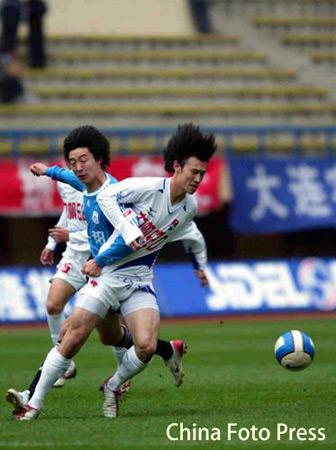 图文:中超第30轮大连6-0重庆 邹捷防守也疯狂