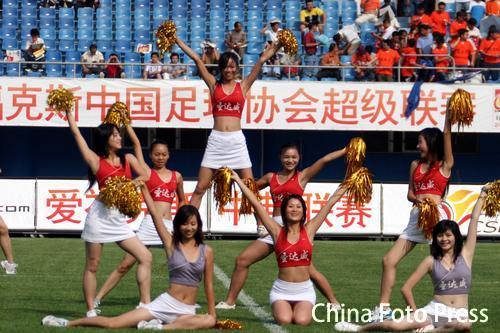 图文:中超30轮厦门2比0北京 足球宝贝点燃气氛