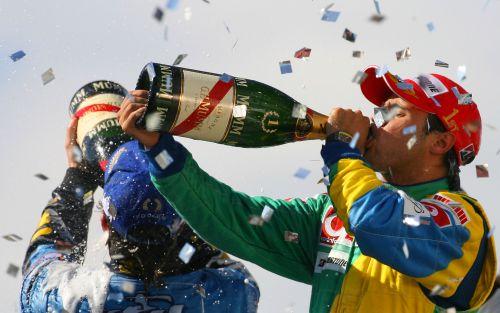 图文:马萨夺取F1巴西站冠军 一起畅饮