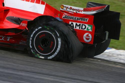 图文:马萨夺取F1巴西站冠军 左后轮爆胎