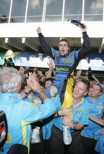 图文:马萨夺取F1巴西站冠军 阿隆索被高高举起
