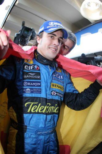 图文:马萨夺取F1巴西站冠军 阿隆索身批国旗