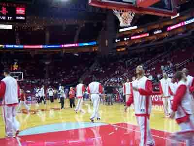 NBA图:季前赛火箭VS马刺 火箭队员积极热身