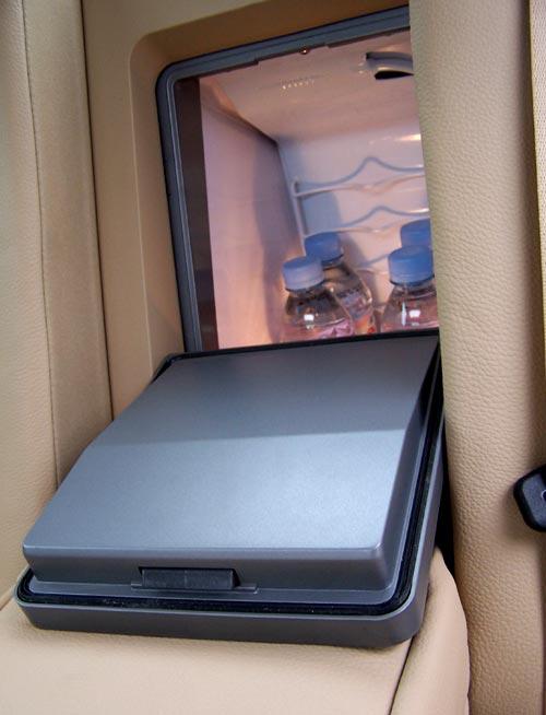 宝马 中国 中央/集成在前排座椅后部控制台内的8英寸显示屏效果很棒,后排的影音...