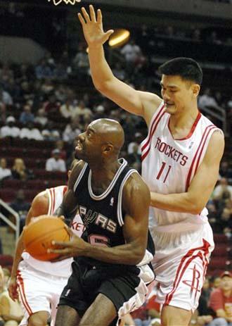 NBA图:季前赛火箭VS马刺 姚明防守
