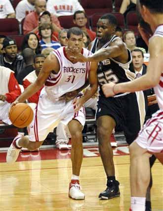 NBA图:季前赛火箭胜马刺 巴蒂尔进攻勇猛