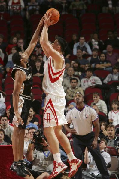 NBA图:季前赛火箭胜马刺 姚明面对霍利中投