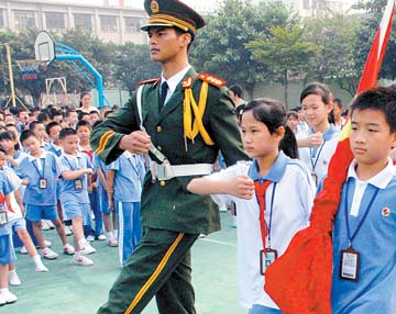 对学校升旗队队员进行培训和升旗仪式演示,并为全校学生进行国旗知识图片