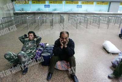 北京西站北售票厅改造 18个售票窗口停售(图)