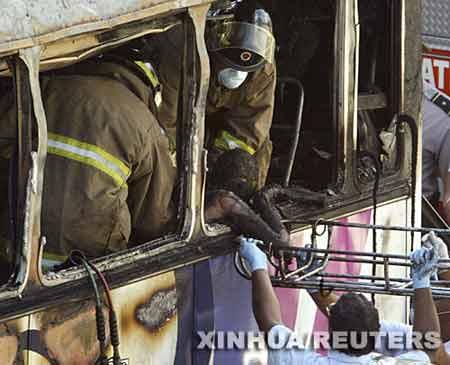 巴拿马一客车着火 乘客被烧焦惨不忍睹(图)