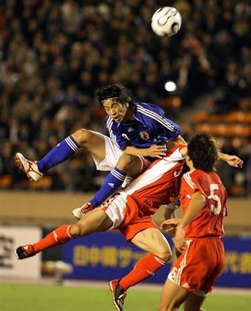 图文:中国国奥0-2日本国奥 双方争顶头球