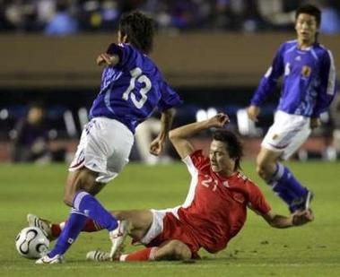 图文:中国国奥0-2日本国奥 郜林铲抢对手