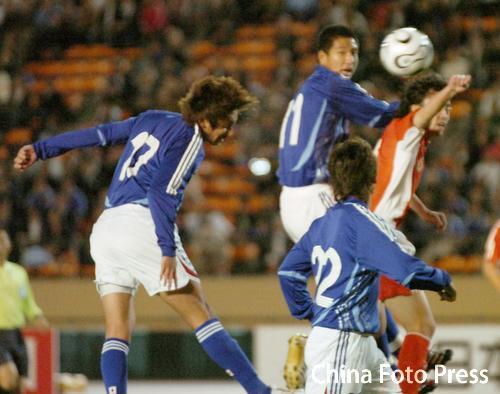 图文:对抗赛国奥0-2不敌日本 对手头球攻门
