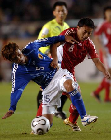 图文:国奥0-2负日本 王洪亮 与对方球员拼抢