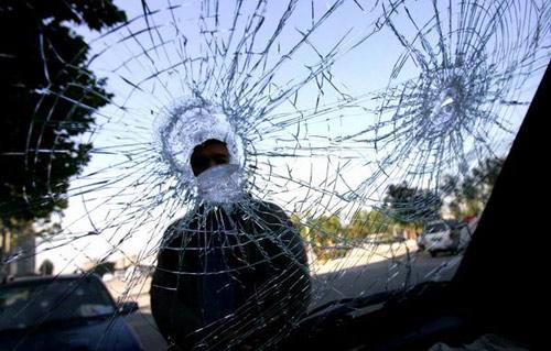 北京一小区门口汽车被砸