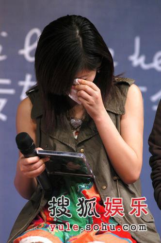 周笔畅现身胡歌新唱片发布会 谢娜短裙秀性感