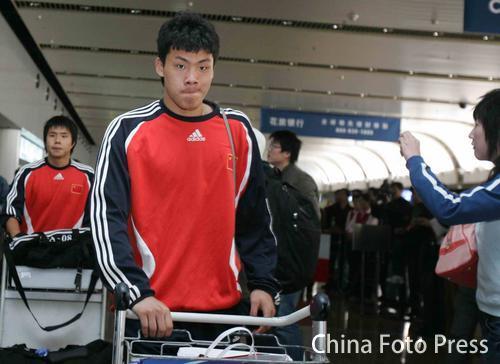 图文:国奥客场惜败回国 机场王大雷神情低落