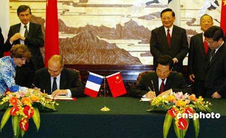 图:胡锦涛与希拉克签署《中法联合声明》