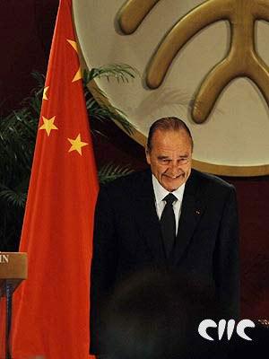 法国总统希拉克演讲时表情专注(组图)