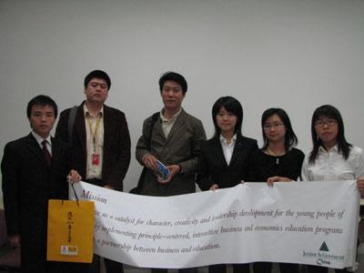 搜狐志愿者领队与人大学生合影