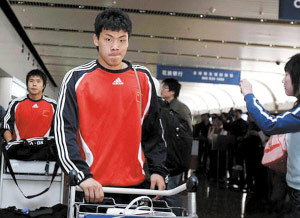 图文:中国国奥队结束比赛回国 机场就地解散
