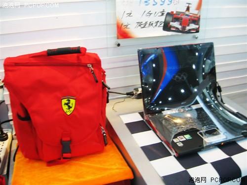 """法拉利限量版背包正面印有法拉利车队的标志""""cavallino 高清图片"""