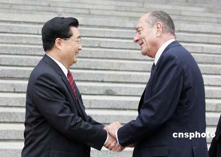 法国总统希拉克抵达武汉访问 将参观武汉大学等
