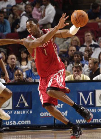 NBA图:季前赛魔术胜火箭 麦格雷迪突破分球