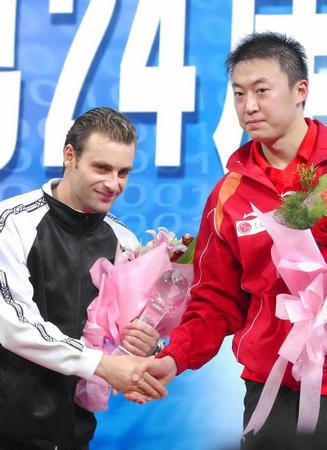 资料图:男乒世界杯 马琳在领奖台上与对手握手