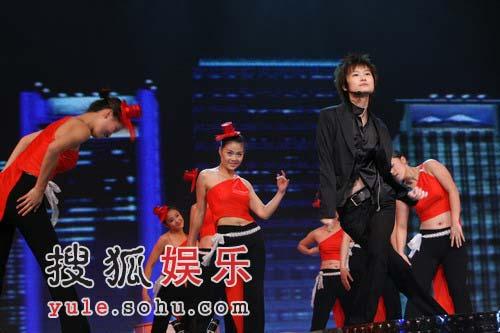 独家:李宇春掀舞台第一高潮 素黑打扮全场瞩目