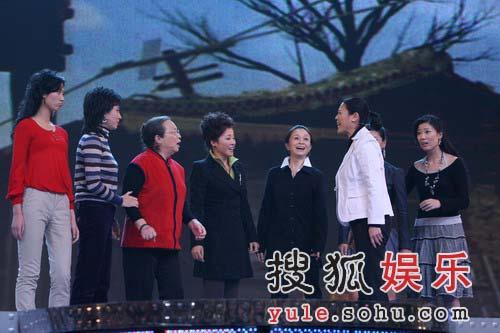 """独家:李明启率众女儿捧场 杨澜忍不住""""掺和"""""""