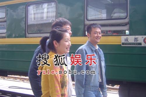 成都火车站演绎惜别 高虎秦海璐重回学生时代