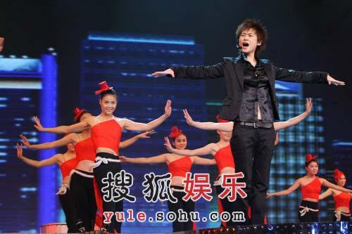 李宇春激情舞动耳机脱落 镇定演唱显巨星魅力