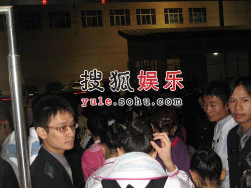 独家:李宇春开幕式玩性感 匆匆离场放玉米鸽子