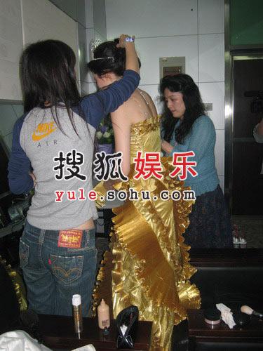独家:刘亦菲换装像打仗 妈妈贴身陪护(组图)