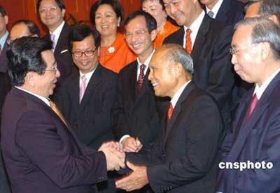 媒体回顾霍英东创业史 为中国捐赠40亿港元(图)