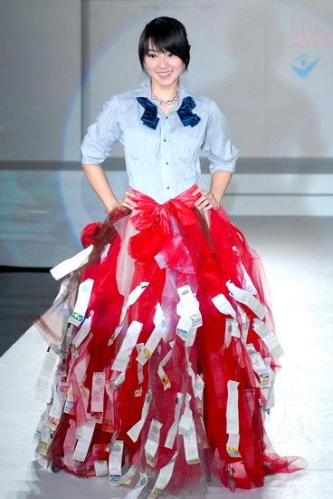 陈怡蓉妩媚裙装是发票 创意服装另类风情(图)