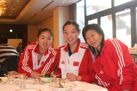图文:中国女排酒店餐厅就餐 三个姑娘搞怪精灵
