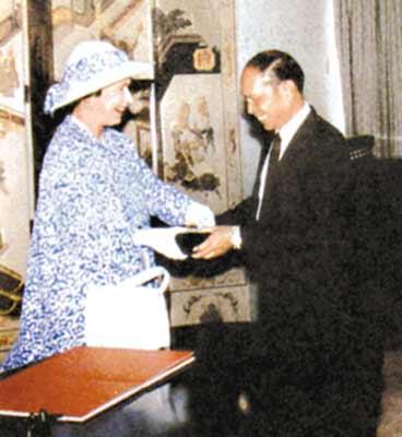 霍英东在珠江边建酒店 1983年率先使用信用卡