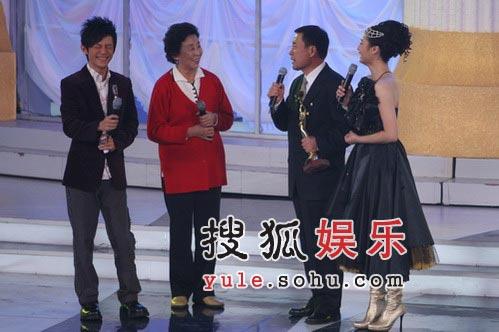 李雪健获观众喜爱男演员奖 观众几乎拍烂手掌