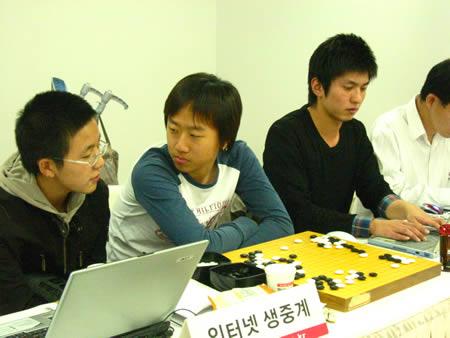 组图:崔哲瀚同步讲解 古力与韩过棋手一起研究