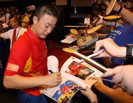图文:男乒世界杯 马琳赛后为球迷签名