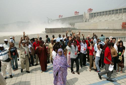 中非青年联欢节代表团参观三峡工程