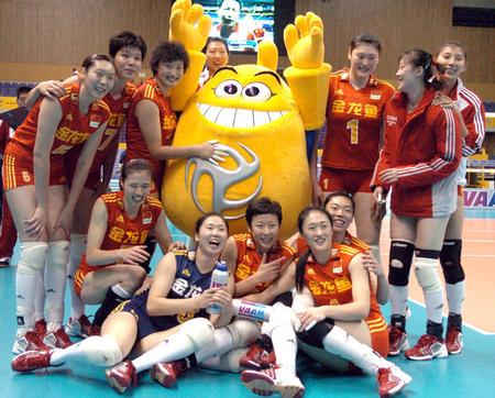 图文:中国女排首战获胜 队员赛前与吉祥物合影