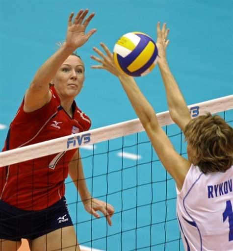 图文:美国3-2哈萨克斯坦 伯恩面对娜塔亚起跳