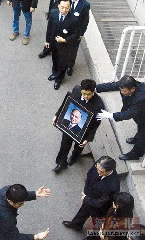 霍英东灵柩运抵香港 孙子在爷爷灵柩前祈祷(图)